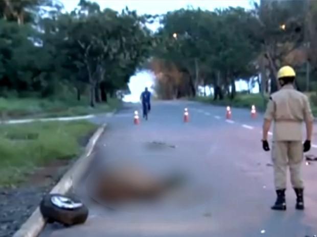 Cavalo morreu ao ser atingido por carro em Goiânia, Goiás (Foto: Reprodução/ TV Anhanguera)