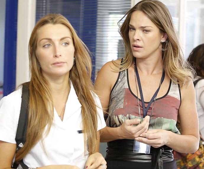 Rita conta a Monique que Alina não foi à sua festa (Foto: Fábio Rocha/Gshow)