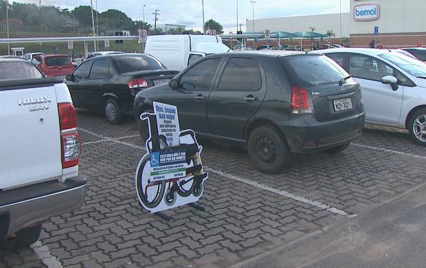 Totens foram colocados em vagas comuns para alertar motoristas (Foto: Reprodução TV Acre)