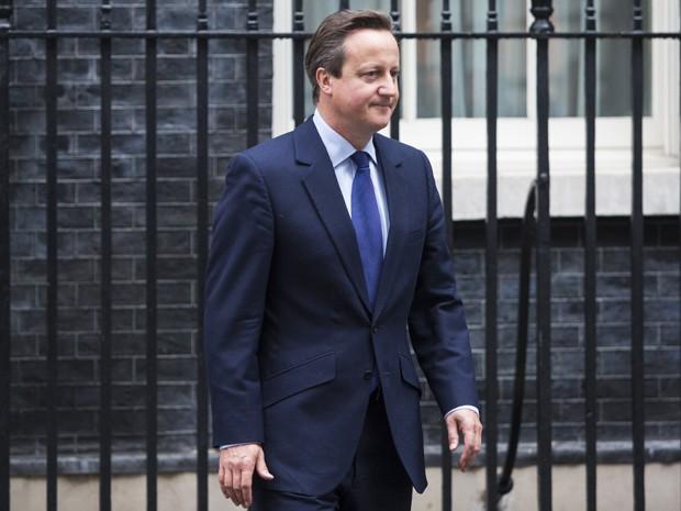 O primeiro-ministro britânico David Cameron deixa sua residência oficial em Downing Street para se encontrar com o premiê dinamarquês Lars Lokke, em Londres, na segunda (21) (Foto: AFP Photo/Jack Taylor)