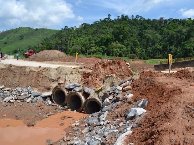 Ponte de desvio cedeu em Mendes Pimentel (MG) e motoristas terão que passar por Central de Minas (MG); viagem aumenta em 70 Km.  (Foto: Francisco Carlos de Freitas/Defesa Civil)