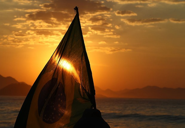 Bandeira do Brasil é vista na Praia de Copacabana  (Foto: Alexander Hassenstein/Getty Images)