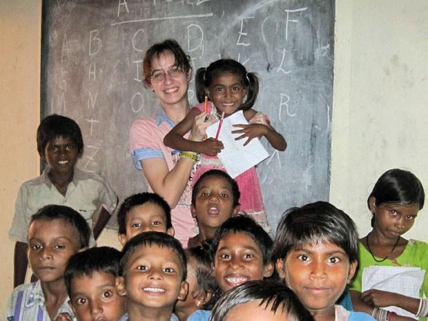 No período de greve da UFRJ, Larissa foi fazer trabalho voluntário com professora em escola da Índia (Foto: Arquivo pessoal)