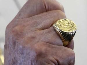 O anel do Pescador do então Papa Bento XVI durante sua visita a Beirute, no Líbano, em 14 de setembro de 2012 (Foto: Reuters)