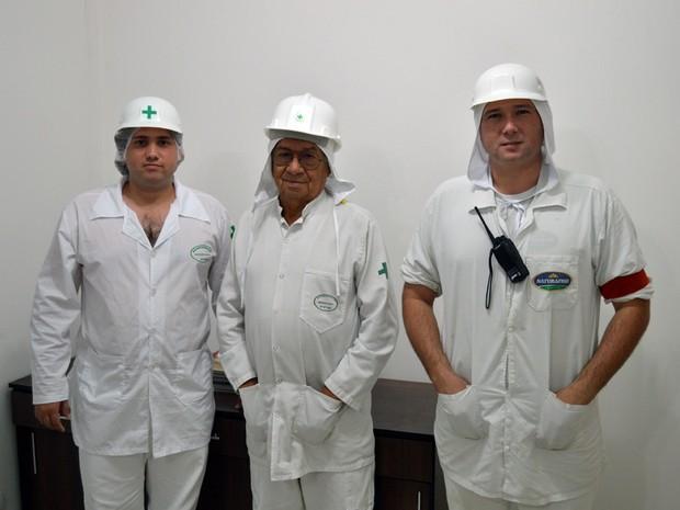 Gilberto Francisco da Silva Júnior e Álvaro de Souza Pereira, do SIF, e Luiz Antônio Almeida Barbosa, do Naturafrig (Foto: Anderson Viegas/Do G1 MS)