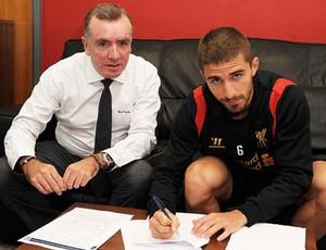 Fabio Borini liverpool assinatura de contrato (Foto: Reprodução Daily Mail)