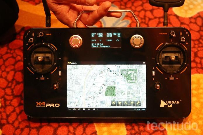 O piloto também pode ver, no controle remoto, o que a câmera Full HD do drone está filmando (Foto: Fabrício Vitorino/TechTudo)