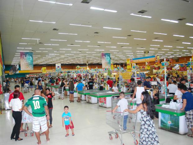 Filas e grande movimentação nos supermercados de Manaus (Foto: Romulo de Sousa/G1 AM)