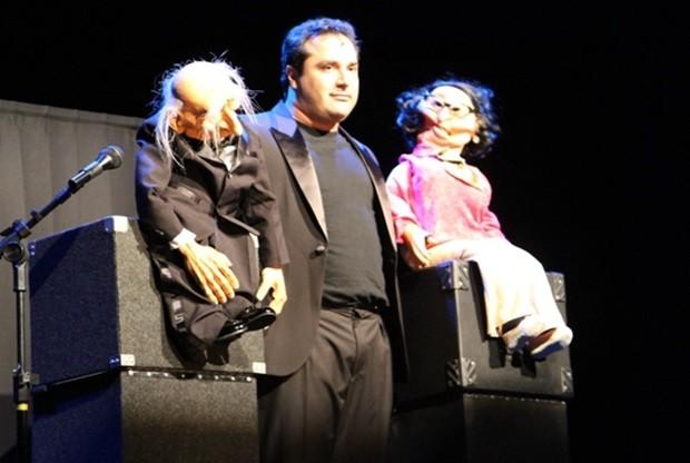 Warley Santana e seus bonecos animam o público em peça teatral (Foto: Divulgação)