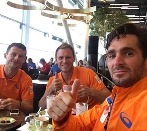 Robert Van der Horst toma café com os companheiros de seleção (Foto: Reprodução/Instagram)