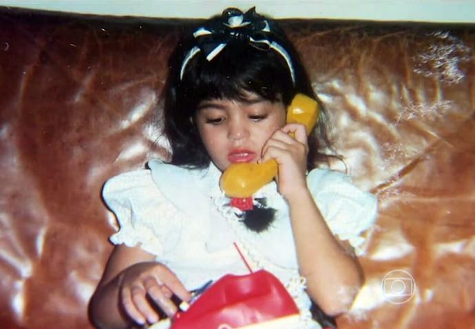 Carol Castro brinca com telefone (Foto: TV Globo)