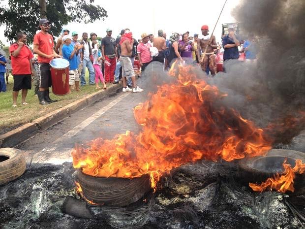 Manifestantes do MST queimaram pneus e bloquearam três rodovias do DF durante mais de quatro horas nesta quarta (21) (Foto: Lucas Nanini/G1)