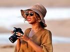 Beyoncé vai à praia e fotografa o pôr do sol durante miniférias no Havaí