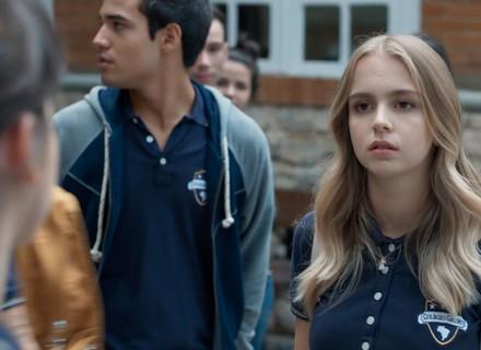 Lica e Clara batem boca e chamam atenção da galera no colégio