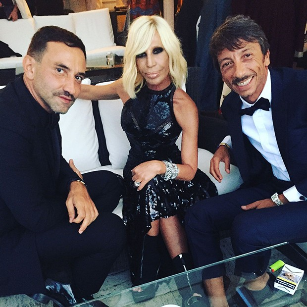 Givenchy's Creative Director, Riccardo Tisci, at the Venice Film Festival 2016 with fellow designers Donatella Versace and Pierpaolo Piccioli of Valentino (Foto: @SuzyMenkesVogue)