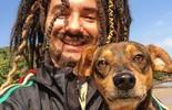 Mustafary reencontra o cachorro Demônio em uma praia (Carol Caminha/Gshow)