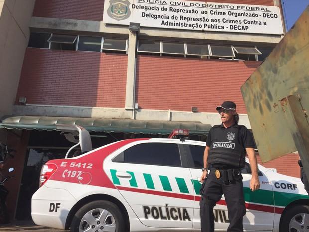 Policial civil em frente a delegacia onde deputados distritais foram depor (Foto: Alexandre Bastos/G1)