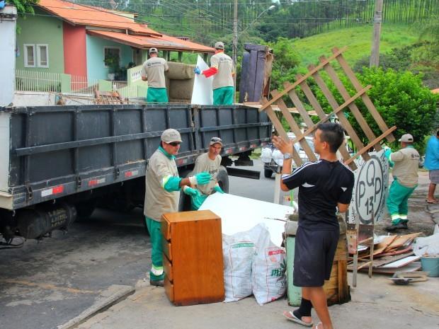 Ação para eliminar possíveis focos de dengue no bairro Capuava, em Valinhos (Foto: Rodolfo Soares / Prefeitura de Valinhos)