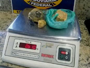 Parte da droga estava em uma sacola de um dos ocupantes do veículo abordado (Foto: PRF / Divulgação)
