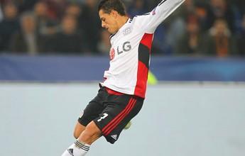 Chicharito sofre queda em casa, fratura a mão e desfalca o Leverkusen