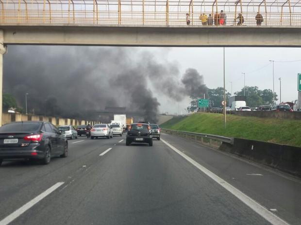 Fogo na Rodovia Anhanguera causa lentidão no trânsito em Sumaré (Foto: Olavo Moreira/Arquivo Pessoal)