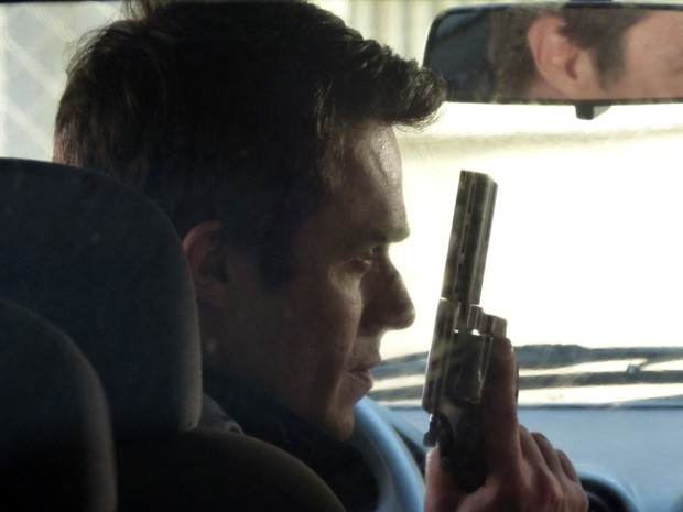 Fernando mostra a arma para Cora e cofenssa que ia matar o Vicente (Foto: Império/TV Globo)