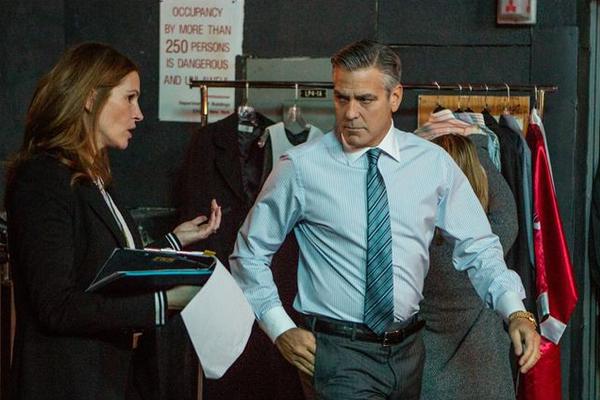 O ator George Clooney com Julia Roberts no último filme protagonizado pelo astro, Jogo do Dinheiro (2016) (Foto: Reprodução)