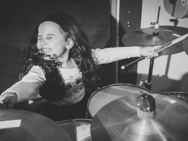 Baterista Eduarda Henklein  (Foto: Mini Estúdio/Divulgação)