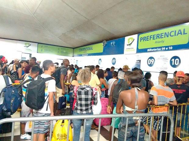 Pedestres na fila dos guichês do sistema ferry boat, em Salvador,  nesta quarta-feira (22)  (Foto: Alan Tiago Alves/ G1 BA)