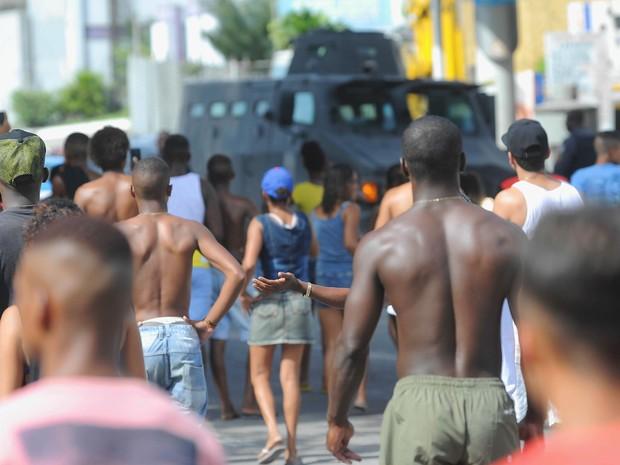 Dezenas de moradores da região fecharam a via, com um veículo blindado à frente (Foto: José Pedro Monteiro / Agência O Dia / Estadão Conteúdo)
