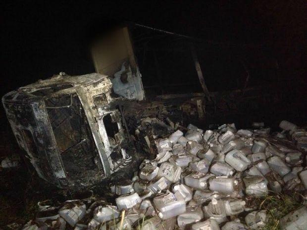 Carreta com veneno agrícola também ficou destruída (Foto: Alysson Maruyama/ TV Morena)