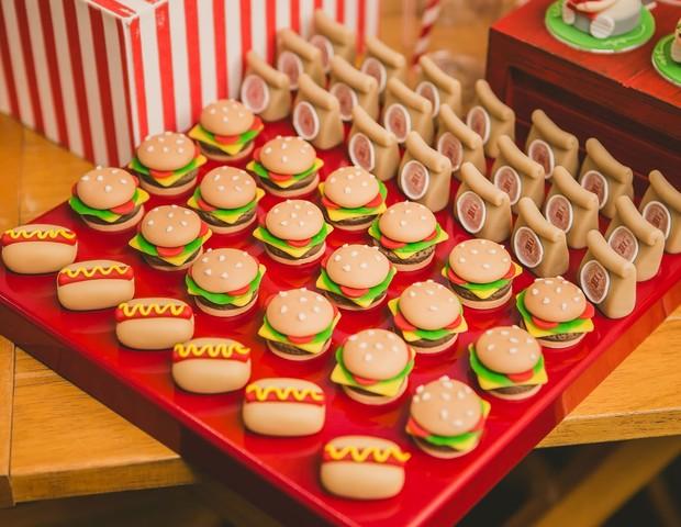 Mini hambúrgueres, cachorros-quentes e saquinhos de delivery com sabor de chocolate e leite ninho.  (Foto: Divulgação / Vivian Gradela )