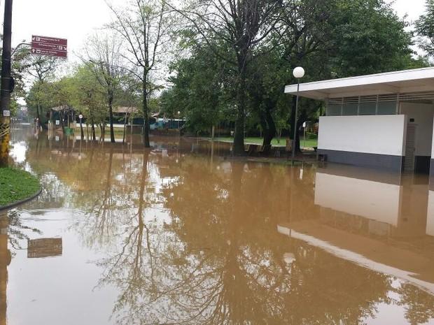 Área de Lazer da Rua do Porto foi tomada pelas águas do Rio Piracicaba (Foto: Thainara Cabral/ G1)