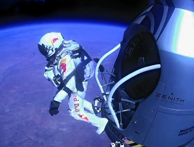Felix Baumgartner bate recorde do salto em queda livre mais alto (Foto: AFP)