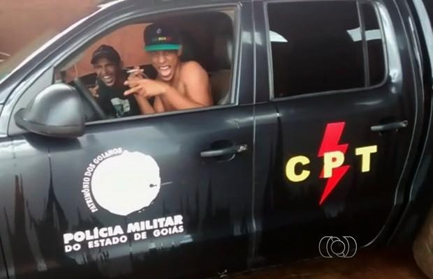 Vídeo mostra rapazes sentados nos bancos da frente de carro da PM (Foto: Reprodução/TV Anhanguera)