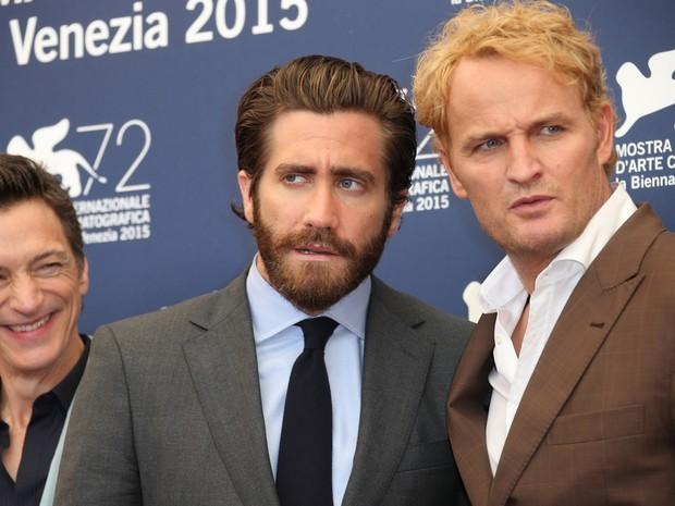 02/09: Da esq. para dir., John Hawkes, Jake Gyllenhaal e Jason Clarke divulgam o filme 'Everest' no Festival de Veneza 2015 (Foto: Joel Ryan/Invision/AP)