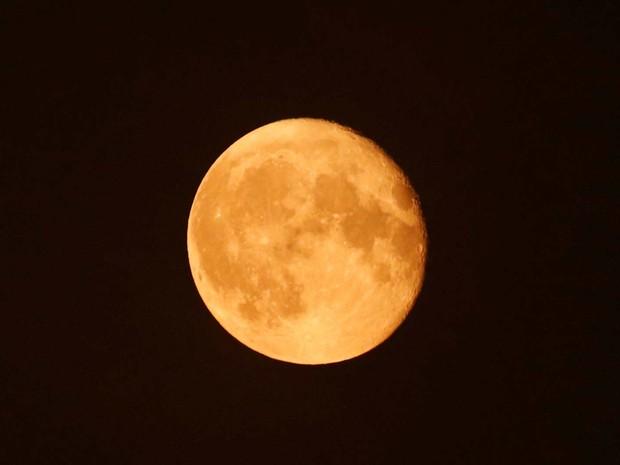 Quando a Lua está mais afastada da Terra, se diz que ela está no apogeu. No ponto oposto, o perigeu, ela pode chegar até 50 mil km mais próxima da Terra que no apogeu (Foto: REUTERS/Amr Abdallah Dalsh)