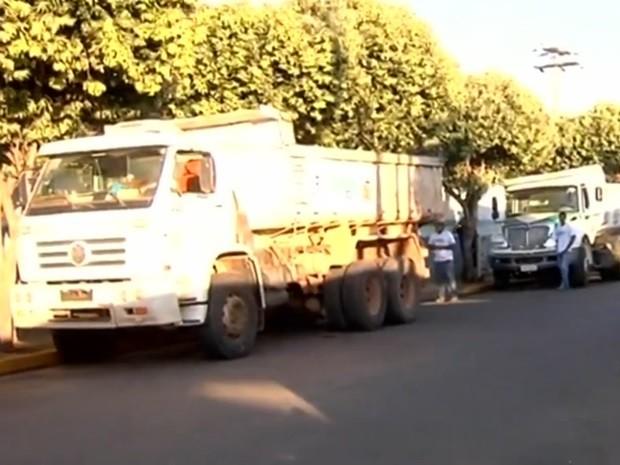 Funcionários recolhem lixo no projeto Cidade Limpa (Foto: Reprodução / TV TEM)