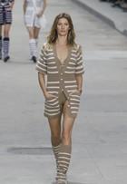 Gisele Bündchen é a estrela do desfile da Chanel em Paris