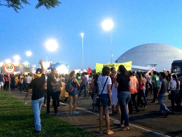 Manifestantes contra a PEC 241 ocupam o Eixo Monumental, em Brasília, na noite desta segunda-feira (24) (Foto: Mateus Vidigal/G1)