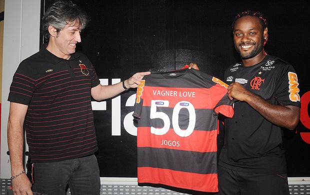 Love recebe camisa dos 50 jogos (Foto: Alexandre Vidal / Fla Imagem)
