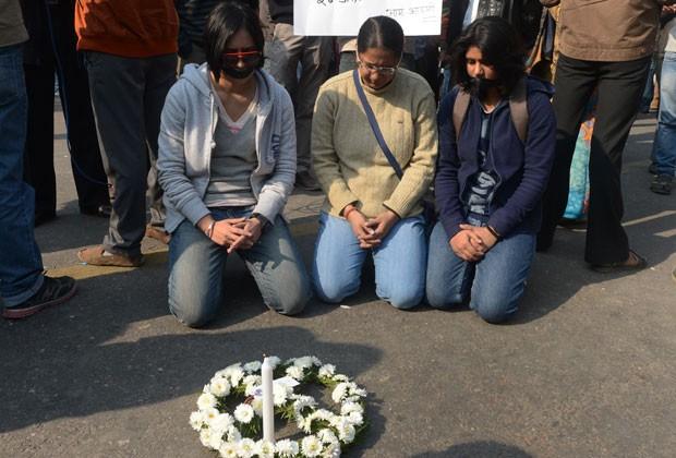 Mulheres rezam pela vítima de estupro coletivo na Índia (Foto: AFP)