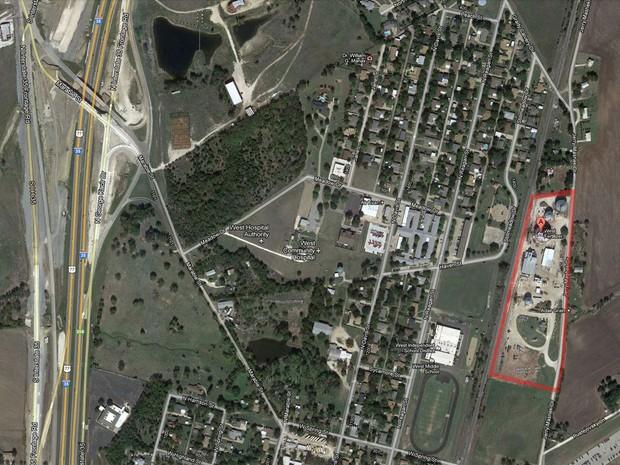 Mapa mostra área onde fica a fábrica de fertilizantes onde ocorreu a explosão à direita em destaque, em West, no Texas. Área residencial e trecho da rodovia I-35 são são vistos logo na mesma imagem (Foto: Reprodução/Google Maps)
