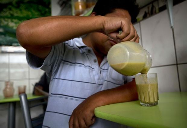 Suco de rã faz sucesso no Peru (Foto: Rodrigo Abd/AP)