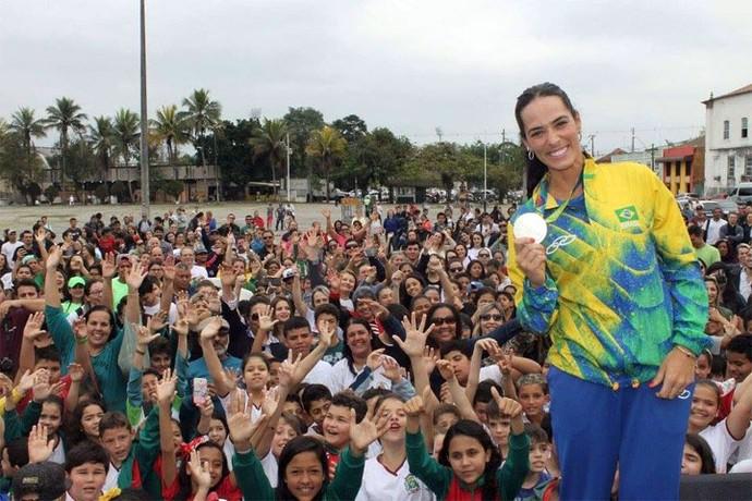 Àgatha foi homenageada em Paranaguá, depois da conquista da medalha de prata na Rio 2016 (Foto: Renan Rippel e Samuel Calado/ Redes Sociais)