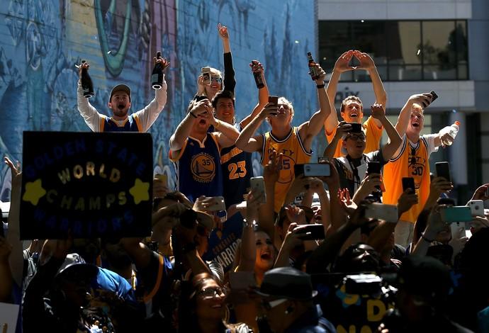 Torcida do Golden State lota as ruas de Oakland para desfile do título (Foto: Justin Sullivan/Getty Images)