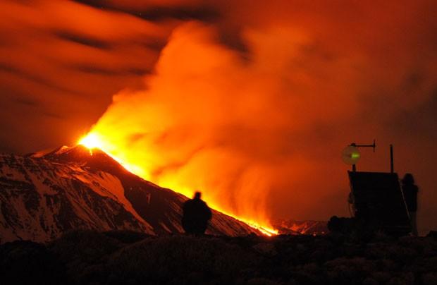 O Vulcão Etna entrou em erupção na madrugada desta segunda-feira (30) na Sicília, no Sul da Itália. Considerado o mais ativo da Europa, o monte com 3.350 metros entra em erupção com frequência (Foto: Salvatore Allegra/AP)