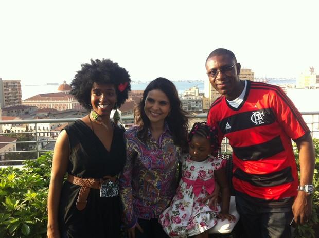 Aline Barros com família angolana (Foto: Divulgação)