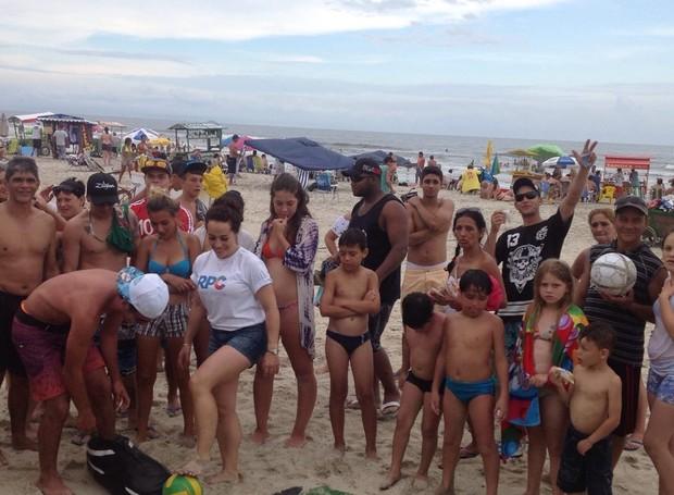 Assim que a trave foi montada, a fila começou a se formar, todo mundo queria se divertir com a RPC (Foto: Divulgação/ RPC)