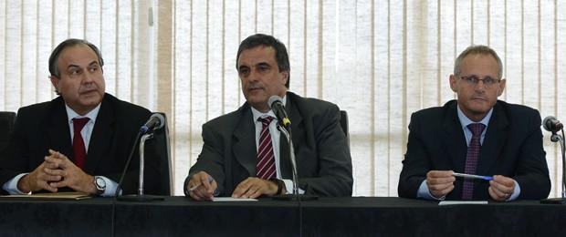 O ministro José Eduardo Cardozo (centro) com os secretários de Segurança Pública de São Paulo, Fernando Grella (esq.), e do Rio de Janeiro, José Mariano Beltrame (Foto: Fabio Rodrigues Pozzebom / Agência Brasil)